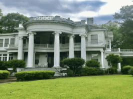 A Mini White House in Mississippi – £299,000 ($378,000, €335,000 or درهم544,000) for Mississippi mini mansion The Robert L. Covington House, 240 South Extension Street, Hazlehurst, Copiah County, Mississippi, MS 39083, United States of America through agents McIntosh & Associates LLC, Realtors – Colonial Revival 'Mini White House' on an 8-acre plot in Mississippi for sale for just £299,000 or £56 per square foot; the mini mansion is listed on the National Register of Historic Places