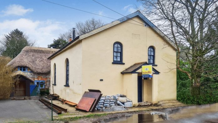 A Cut Cost Chapel – Chapel in Vernham Dean, Hampshire for just £75k – Detached partly converted Victorian chapel in quaint Hampshire village goes to auction for 25% less than it sold for in 2018 – The Primitive Methodist Chapel (Chapel House), Back Lane, Vernham Dean (Vernhams Dean), Andover, Test Valley District, Hampshire, SP11 0LE, United Kingdom – For sale at auction with Savills on Tuesday 2nd March 2021 with a guide price of £75,000 ($104,000, €87,000 or درهم384,000).